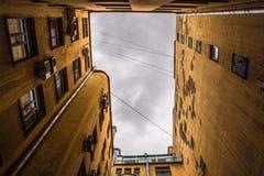 Edificios estrechos bien en St Petersburg Debajo de la visión Imagen de archivo libre de regalías