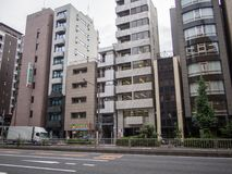 Edificios estrechos en Minato, Tokio, Japón fotografía de archivo libre de regalías