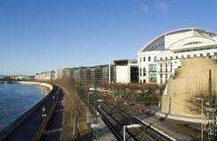 Edificios, ferrocarril y el Danubio, en Budapest Fotos de archivo