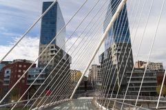 Edificios geométricos del extracto del puente de Bilbao Imágenes de archivo libres de regalías