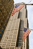 Edificios grandes en Nueva York con los indicadores de los E.E.U.U. Imagen de archivo libre de regalías