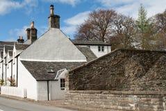 Edificios harled blanco en un pueblo escocés Imagen de archivo libre de regalías