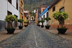 Edificios hermosos en una calle en Puerto de la Cruz en las islas Canarias de Tenerife, España, Europa Fotografía de archivo