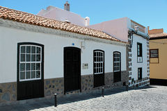 Edificios hermosos en una calle en Puerto de la Cruz en las islas Canarias de Tenerife, España, Europa Foto de archivo libre de regalías