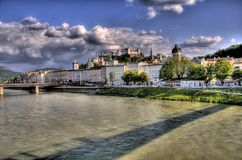 Edificios históricos al lado de un río en Salzburg, a Imagen de archivo libre de regalías