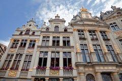 Edificios históricos de Grand Place en Bruselas contra el cielo azul nublado Imagen de archivo libre de regalías