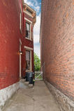 Edificios históricos de la calzada estrecha Foto de archivo libre de regalías