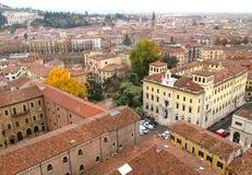 Edificios históricos imponentes de la torre de Verona Old Town View From Lamberti, Verona, Italia Fotografía de archivo