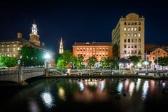 Edificios históricos a lo largo del río de la providencia en la noche, en Provi Foto de archivo
