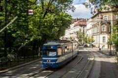 Edificios históricos viejos del centro de la ciudad del tren del transporte de los carros de la tranvía de Kraków Polonia Foto de archivo libre de regalías