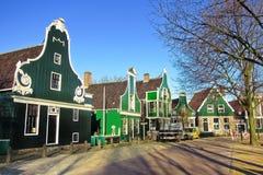 Edificios holandeses tradicionales verdes en Países Bajos Imágenes de archivo libres de regalías