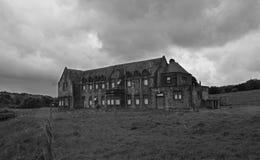 Edificios industriales abandonados de un pueblo y de un asilo abandonados imagen de archivo libre de regalías