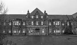 Edificios industriales abandonados de un pueblo y de un asilo abandonados foto de archivo