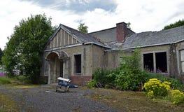 Edificios industriales abandonados de un pueblo y de un asilo abandonados imagen de archivo