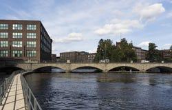 Edificios industriales al lado del río en Tampere, Finlandia Imagenes de archivo