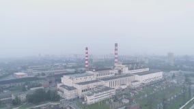 Edificios industriales con los tubos y la ciudad cubierta en humo contaminación atmosférica y problemas ambientales almacen de metraje de vídeo