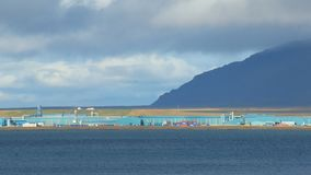 Edificios industriales de una planta cerca del ballena-fiordo en Islandia en el día soleado, paisaje industrial tranquilo metrajes