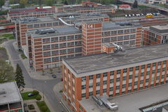 Edificios industriales rectangulares típicos hechos de ladrillos rojos y de ventanas verticales en la vieja área de la fábrica en Fotografía de archivo libre de regalías