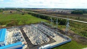 Edificios industriales y dispositivos de distribución en la subestación metrajes