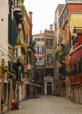 Edificios italianos coloridos en Venecia Fotos de archivo
