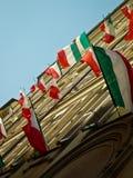 Edificios italianos con las banderas italianas Foto de archivo