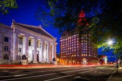 Edificios a lo largo de la calle del olmo en la noche, en New Haven céntrica, conec foto de archivo