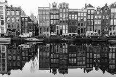 Edificios a lo largo de los canales de Amsterdam en blanco y negro Fotos de archivo