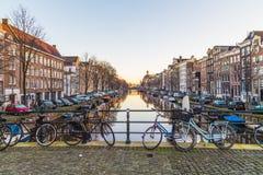 Edificios a lo largo de los canales de Amsterdam en blanco y negro Fotografía de archivo