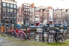 Edificios a lo largo de los canales de Amsterdam en blanco y negro Foto de archivo