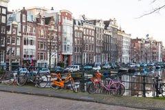 Edificios a lo largo de los canales de Amsterdam en blanco y negro Fotos de archivo libres de regalías