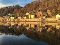 Edificios a lo largo del río Danubio y reflexión en el agua de Passau, Alemania Fotos de archivo