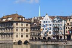 Edificios a lo largo del río de Limmat en Zurich, Suiza Fotografía de archivo libre de regalías