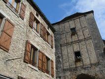 Edificios medievales con las ventanas shuttered Fotografía de archivo