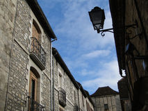 Edificios medievales con las ventanas shuttered Foto de archivo libre de regalías