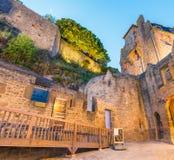 Edificios medievales de Mont Saint Michel en la noche, Francia Imagenes de archivo