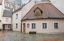 Edificios medievales en la ciudad vieja de Riga, Letonia Imagen de archivo