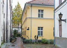 Edificios medievales en la ciudad vieja de Riga, Letonia Foto de archivo libre de regalías