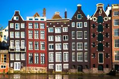 Edificios medievales holandeses tradicionales en Amsterdam Imagen de archivo