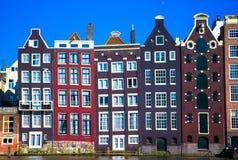 Edificios medievales holandeses tradicionales en Amsterdam Fotos de archivo libres de regalías
