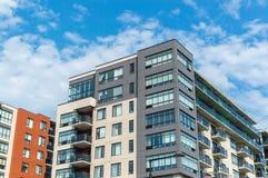 Edificios modernos de la propiedad horizontal con las ventanas enormes imágenes de archivo libres de regalías