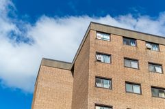 Edificios modernos de la propiedad horizontal con las ventanas enormes imagen de archivo libre de regalías