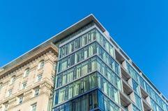 Edificios modernos de la propiedad horizontal con las ventanas enormes en Montreal Imagenes de archivo