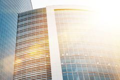 Edificios modernos de los rascacielos del negocio con efecto de la luz del sol Imagen de archivo