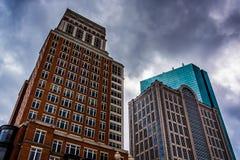 Edificios modernos debajo de un cielo nublado en Boston, Massachusetts Foto de archivo