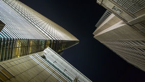 Edificios modernos del ángulo bajo imagenes de archivo