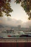 Edificios modernos del Highrise con el cielo azul en la ciudad en el pico del ` s de Victoria, Hong Kong foto de archivo libre de regalías