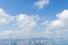 Edificios modernos del Highrise con el cielo azul en la ciudad en el pico del ` s de Victoria, Hong Kong imagen de archivo libre de regalías