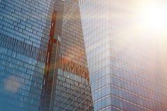 Edificios modernos del negocio con efecto de la luz del sol Imágenes de archivo libres de regalías