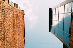 Edificios modernos del vidrio y de ladrillo, visión de debajo Imagen de archivo