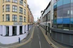 Edificios modernos en calle de la ciudad Fotografía de archivo